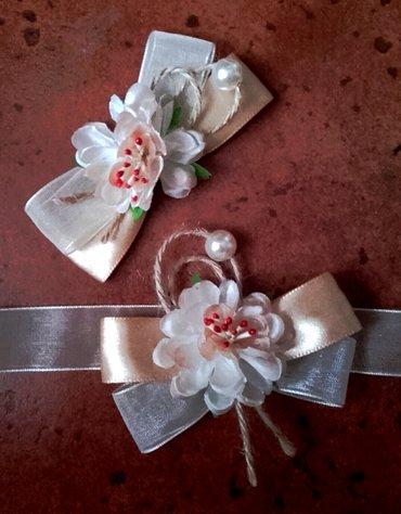 Cvetići za kićenje svatova u krem-zlatnoj kombinaciji boja. Po - Velika Plana