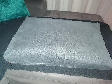 Kućni dekor - Obrenovac: Dva tamno siva jastuka, stof, navlake se skidaju, 2000 za oba