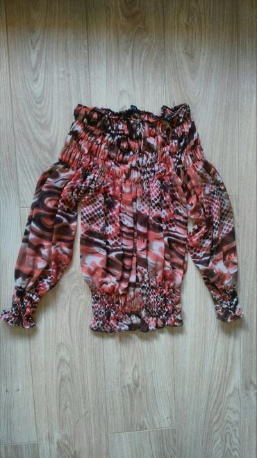 Bluza By meNaznačena je veličina M, ali je za devojke sitnije građe