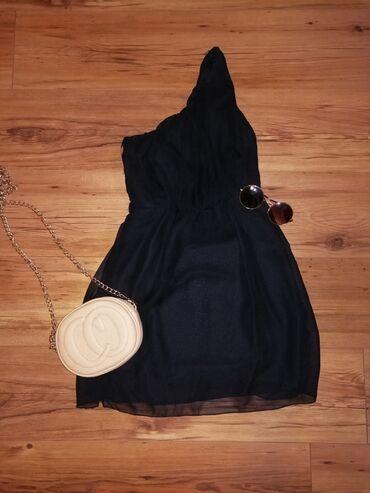 Crna haljinica na jedno rame, strukirana, može da se stavi kaiš
