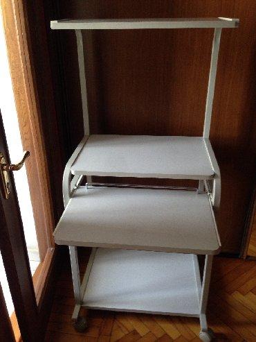 столик прикроватный в Азербайджан: Компьютерный столик на колесиках. Имеется место для принтера, есть