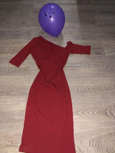 коктейльное платье с длинным рукавом в Кыргызстан: Красное обтягивающее платье с короткими рукавами и одним опущенным