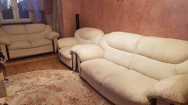 Дом и сад - Кыргызстан: Продаю 2 дивана и 1 кресло. Кожзам.  Есть потертость у одного дивана