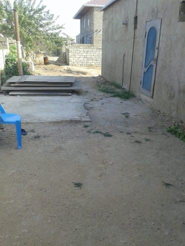 Bakı şəhərində Ramana savxozunda yola yaxin 3 sotun icinde ev orta temirli satilir