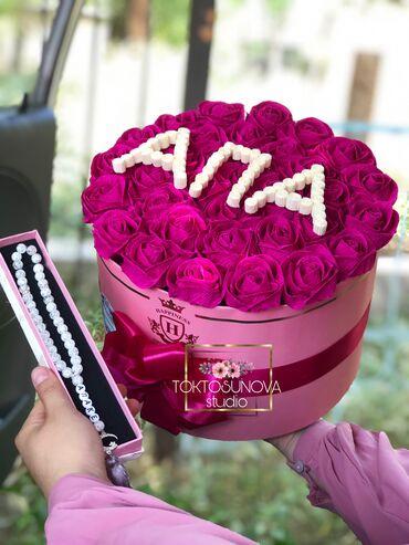 Цветы ручной работы и тасбих с надписью