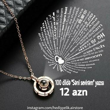 """Bakı şəhərində İşığa tutduqda 100 dildə """"Səni sevirəm"""" yazan boyunbağı"""