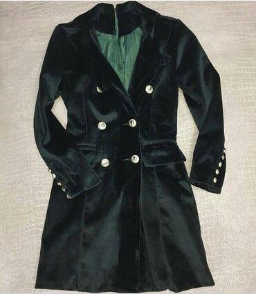 Вернувшее в моду элегантную женственность бархатный платье-пиджак под