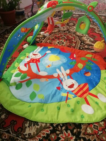Детский мир - Кок-Ой: Срочно продаётся Развивающий коврик 0+, качество и состояние отличное
