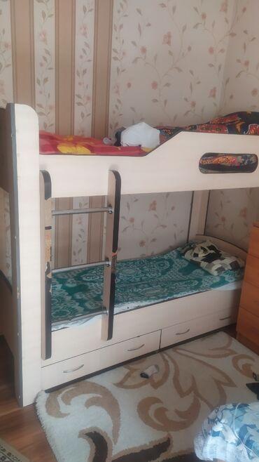 Детский мир - Кок-Джар: Продаю двух ярусную кровать в хорошем состоянии. Снизу полочки