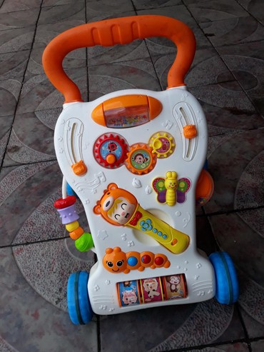 Игрушки - Лебединовка: Продаю стаячий ходунок, развивающий, пульт на батарейках, состоянии