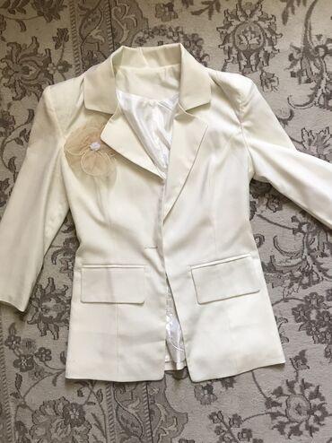 Продаю белый пиджак, в отличном состоянии, с платьями очень хорошо