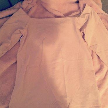 Prelepa majica u puder boji. Rukavi tričetvrt, sa golim ramenima. - Crvenka