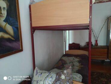 Кровати в Ак-Джол: Металлическая двух ярусная кроть с матрасоми прошу 10.000 торг