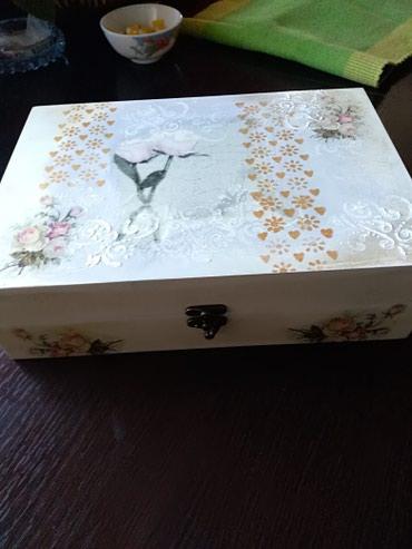 Dekupaž kutija koja je idealan poklon za mladence. U kutiji se nalaze - Ruma
