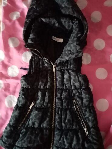 Dečije jakne i kaputi | Nova Pazova: Topao prsluk H&M vel 134 prsluk je u odličnom stanju ima kapuljaku