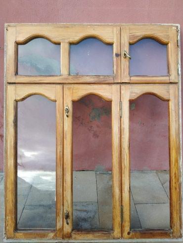 Xırdalan şəhərində Taxta pencere