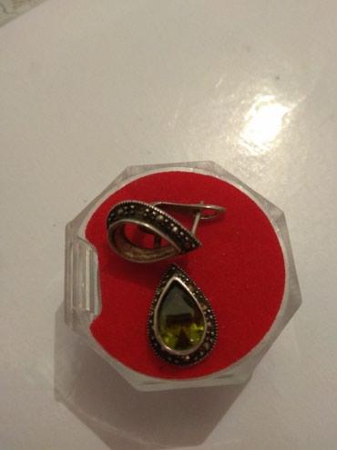 Серьги б у - Кыргызстан: Продаю Б/у серебрянные серьги 925 пробы у одной серьги камень выпал с