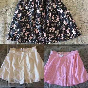 3 suknje. Roza i bela su nove i velicine m. Sa cvetnim dezenom suknja