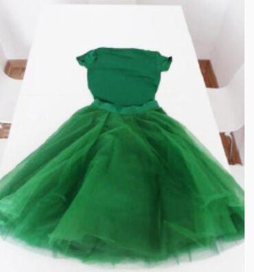 Smaragdno zeleni komplet: majica i suknja od tila
