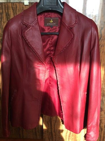 Куртки - Кок-Ой: Продается кожанный пиджакбардового цветаразмер 46-48 на пуговицах
