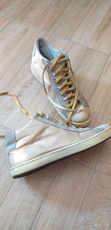 Ženska patike i atletske cipele | Pancevo: POLOVNE KOŽNE PATIKE-U ZLATNOJ BOJI. ODGOVARAJU BROJU 39(MANJI JE