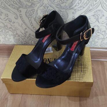 черные-женские-туфли в Кыргызстан: Продаю очень красивые босоножки на устойчивом каблуке. Очень удобная