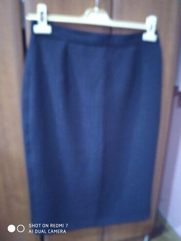 Poslovno elegantni komlet - Srbija: Elegantna suknja do ispod kolena, u bordoj boji sa diskretnim sjajnim