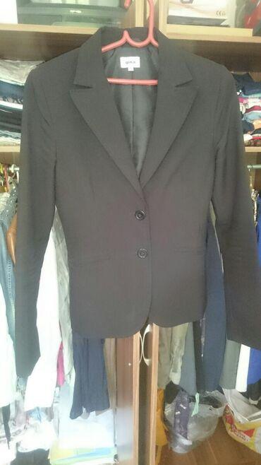 Crni strukirani sako,veličina 36-s,malo rasiven sa spoljne