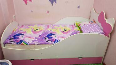 Детская мебель - Бишкек: Продаю детскую кроватку. Шторы в подарок. реальному клиенту хорошо