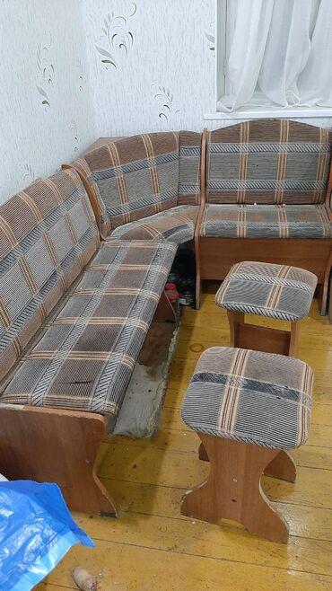 продам кухонный стол in Кыргызстан | СТОЛЫ: Продаю кухонный уголок, две табуретки, стол