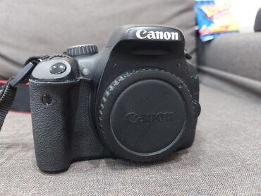 Canon 550 D islek veziyetindedi . Korpusun ustune kley tokulub ve