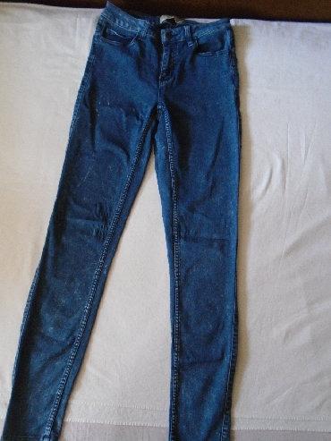 Pantalone uz telo - Srbija: Duboke farmerke Pieces, skroz uz telo, od prijatnog i mekog materijala