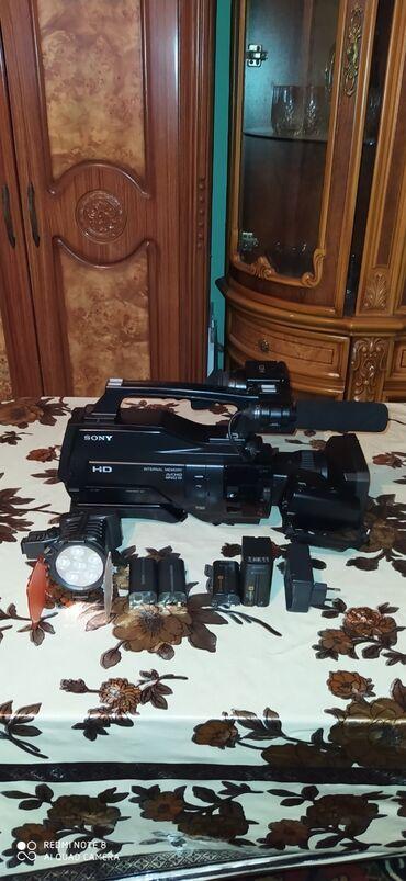 hd 1500 в Азербайджан: Soni HD 1500 luk usdunde 1 projektoru və 2 batarekasi 2ed kameranin