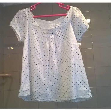 Μπλουζάκι λευκό με πουά σιέλ - Μέγεθος S Μεταχειρισμένο αλλά σε καλή