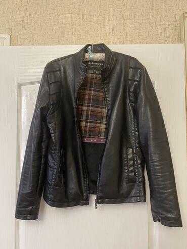 Мужская куртка из кожзама размера M в хорошем состоянии (внутри утеплё