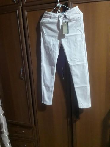 розовая мужская одежда в Кыргызстан: Продаю женские джинсы летние, розового цвета, новые не надевала не