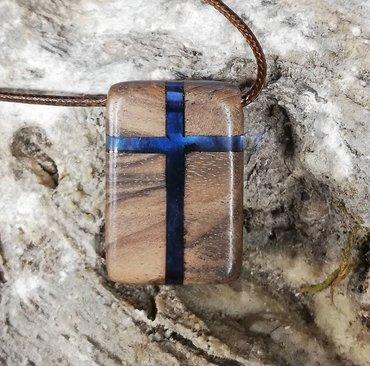 Religijski nakit - Srbija: Krst ogrlica od drveta hrasta i plave epoxy smolePoliesterski