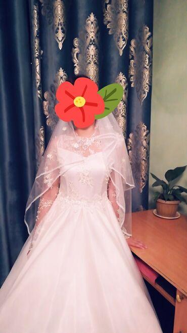 Личные вещи - Боконбаево: Срочно!!! Продаю свадебное платье, сделано на заказ, в цвете айвори