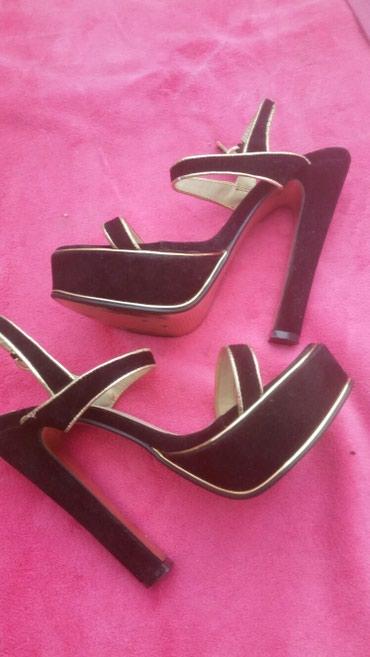 Prelepe udobne sandale,savrseno ocuvane,crno -zlatne. - Subotica