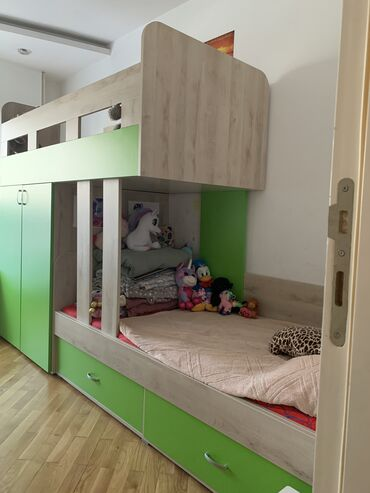 Jako malo koriscena decija soba dva kreveta i dva pisaca stola