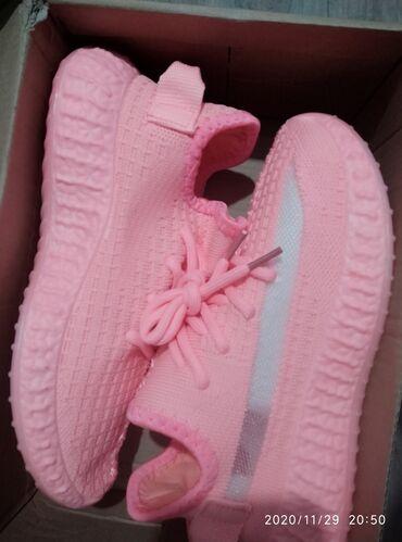 Продаю новые лёгкие женские кроссовки, размер 38,цвет арбузный