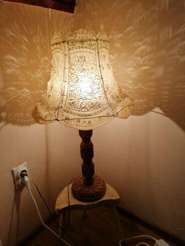 Lampa velika stara jako lepo ocuvana. Visine 80cm sva je u duborezu