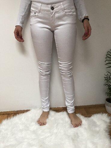Pantalone sjajne - Srbija: Bele pantalone. Bele pantalone / materijal malo čvršći, podseća na far