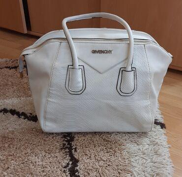 Tašne - Pozarevac: Givenchy bela torba, u super je stanju.  Dimenzije: 40:29cm