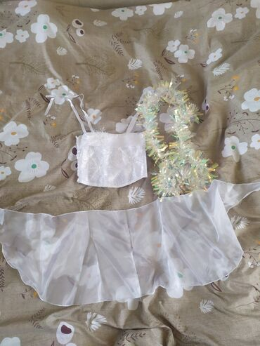 Детский мир - Чон-Арык: Продаю новогодние детские платья белое костюм снежинки 300 сом костюм