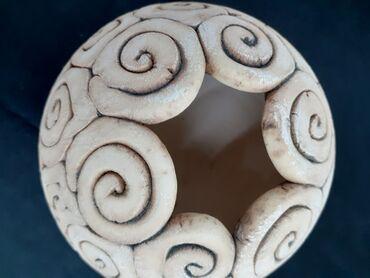 Декоративная ваза из керамики создана в стиле античной старины. Такая