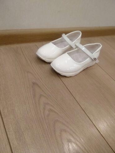 Детская обувь - Бишкек: Продаю белые лакированные туфли на девочку в отличном состоянии