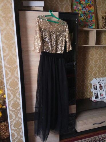 Продам платья золотистый новый в горошек и чёрное короткое размер 46