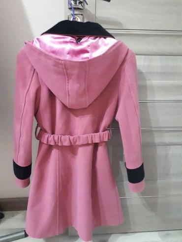 Бишкек şəhərində Продаю пальто розового и черного