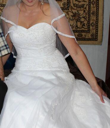 Продаю свадебное платье. Очень красивое. Бисерная вышивка. Корсет